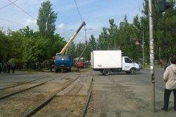В Соломенском районе столб упал на трамвайную контактную сеть