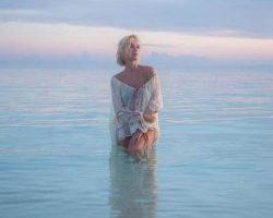 Полина Гагарина поделилась пикантным фото в прозрачной тунике
