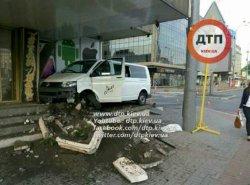 В центре Киева водитель микроавтобуса уснул и врезался в отель