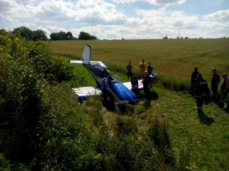 На Львовщине аварийно сел частный самолет