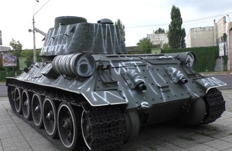 В Киеве пьяные супруги разрисовали памятник танкистам Второй мировой войны