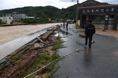 На Китай обрушился супертайфун Непартак: тысячи домов разрушены, закрыты 5 аэропортов