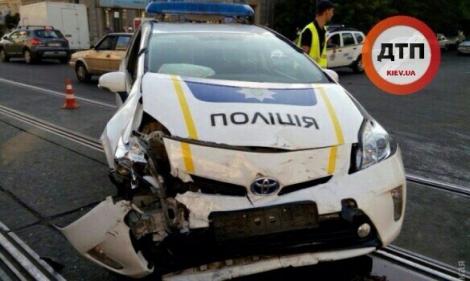 В Одессе Mitsubishi врезался в полицейский Prius и перевернулся