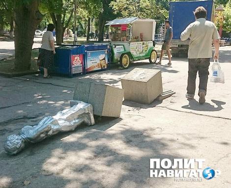 В Севастополе неизвестные повалили памятник маленькому Ленину