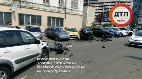 В центре Киева водитель на Toyota одновременно разбил 6 авто на парковке