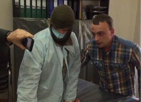 Появились фото, как у Медведько и Полищука незаконно отбирают образцы ДНК