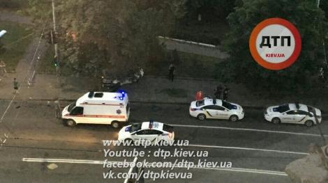 В Киеве патрульная Toyota «влетела» в дерево, пострадала девушка-полицейский