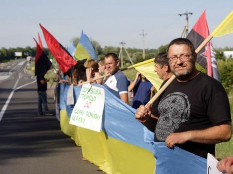 На Полтавщине Крестный ход УПЦ МП встретили красно-черными флагами