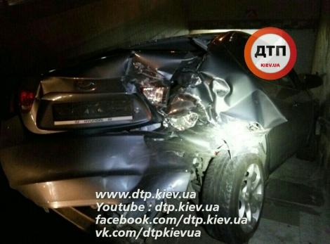 В Киеве пьяный на Hyundai вылетел с проспекта Победы в подземный переход