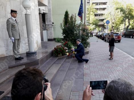 Украинцы несут цветы к посольству Франции в Киеве, приехал Порошенко