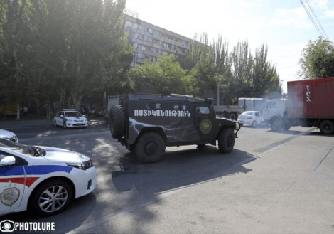 Оппозиционеры захватили здание полиции в Ереване: есть заложники и жертвы