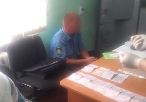 На Херсонщине инспектора полиции поймали за получение взятки
