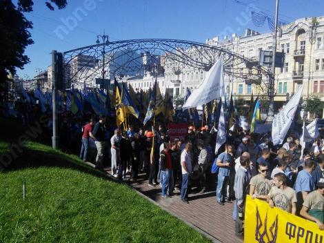 Под Кабмином «Азов» и шахтеры стучат касками, требуя выплатить зарплаты