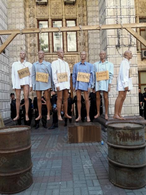 Активисты установили виселицу и «казнили» шестерых чиновников под Минэнерго