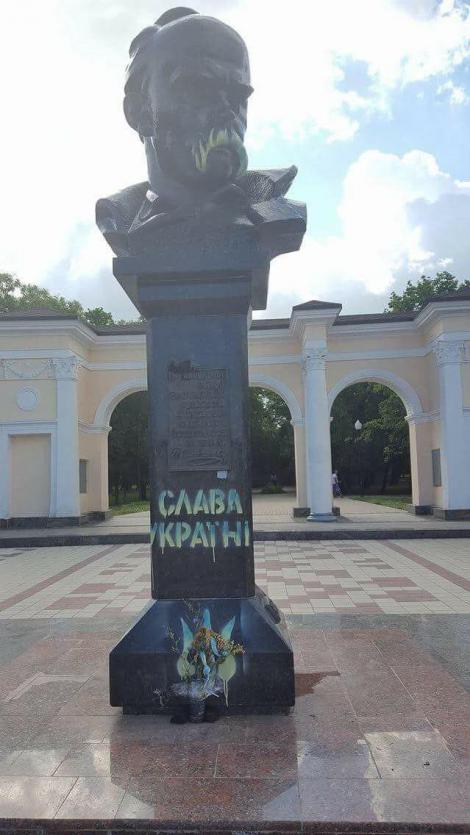 В оккупированном Симферополе памятник Шевченко раскрасили в желто-синие цвета