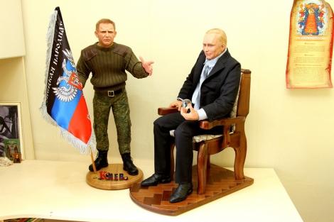 Жительница оккупированной Макеевки сделала глиняные куклы Путина и Захарченко