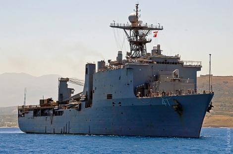 В Черное море вошел корабль ВМС США с вертолетами и морпехами