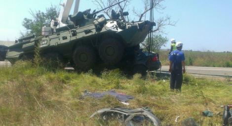 Появились фото ДТП с участием военной колонны в Крыму: БТР раздавил легковушку