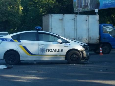 В Одессе машина полиции поехала на красный свет и столкнулась с микроавтобусом