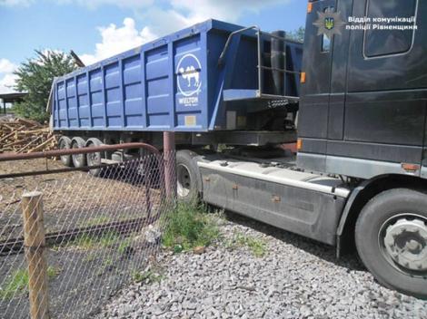На Ровенщине полиция задержала грузовик с нелегальной древесиной