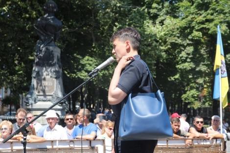 В Одессе Савченко пытались забросать яйцами и требовали извинений