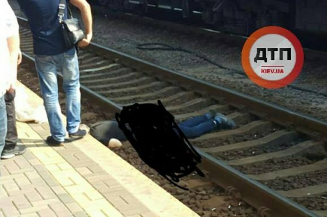 На ж/д вокзале в Киеве поезд переехал мужчину: тело разрубило на 2 части
