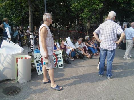 Вкладчики банков стучат ложками по кастрюлям и требуют встречи с Порошенко под АП