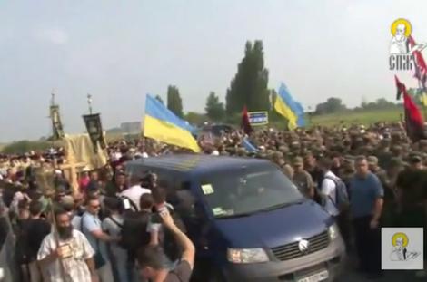 Крестный ход УПЦ МП прорвался в Борисполь, в участников летели яйца