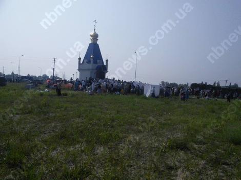 Верующие крестного хода УПЦ МП участвуют в литургии на окраине Борисполя