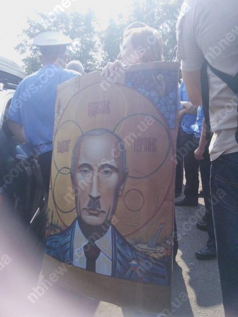 Верующая из восточного крестного хода УПЦ МП напала на активистку Автомайдана