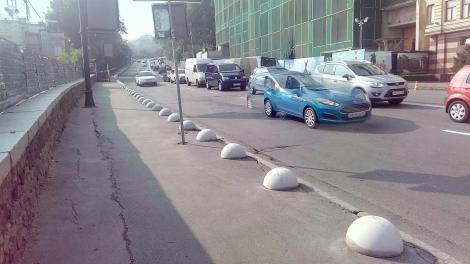 Владимирский спуск в Киеве закрыли для парковки бетонными полусферами