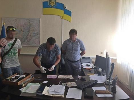 Двое сотрудников прокуратуры Харьковщины вымогали 25 тис. грн «за непривлечение»
