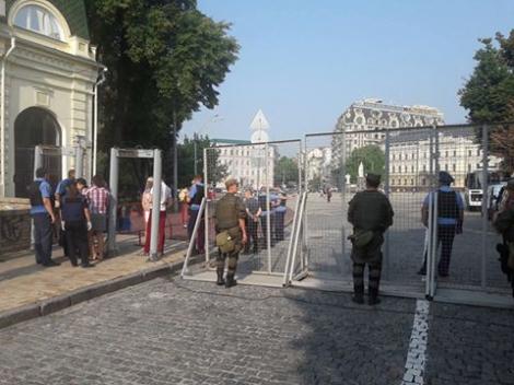 На Майдан приехали 9 автобусов с паломниками, возле ограждений  -  очереди