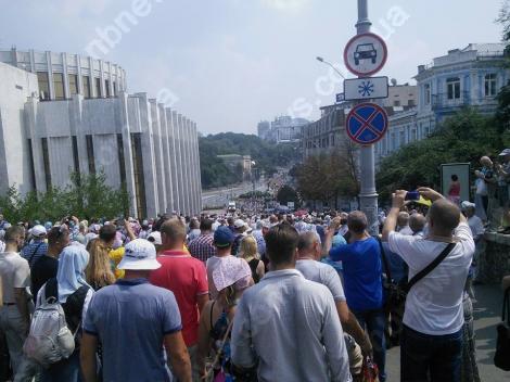 Около 8 тысяч верующих выдвинулись крестным ходом в Киево-Печерскую лавру