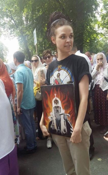 Крестный ход УПЦ МП: девушка несла «икону» патриарха Кирилла в адском огне