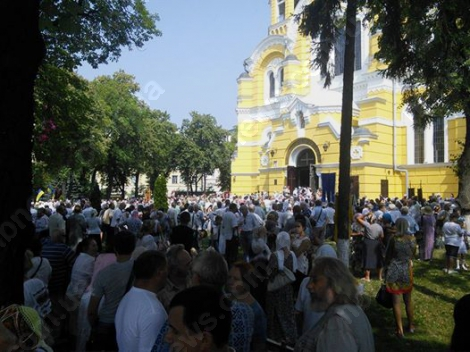 Верующие выдвинулись крестным ходом от Владимирского собора к Владимирской горке