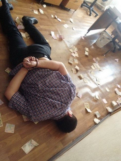 На Харьковщине работника сервисного центра МВД задержали на взятке