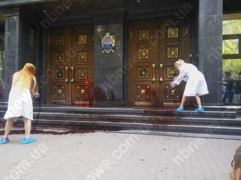 Дело Бузины: активисты облили бычьей кровью вход в ГПУ и разошлись