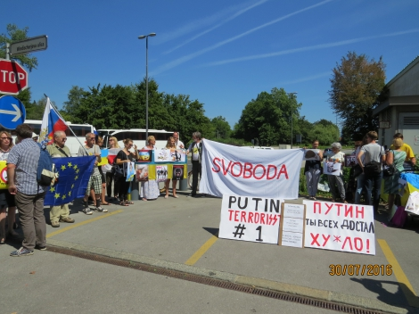 Украинские активисты встретили в Словении Путина плакатами «террорист №1»
