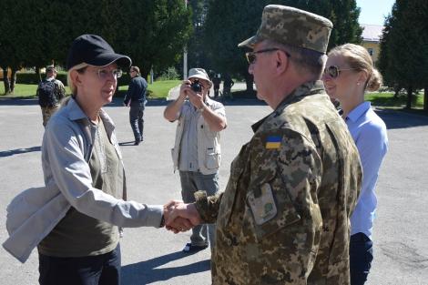 США передали Украине пять автомобилей «скорой помощи» для нужд армии
