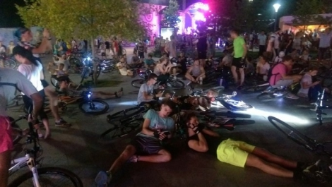 В центре Одессы более 500 велосипедистов устроили лежачую акцию протеста
