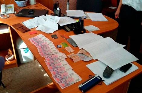 На Закарпатье чиновник вымогал взятки у сына своей подчиненной за ее неувольнение