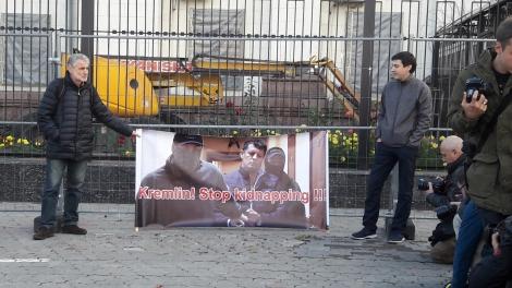 Под посольством РФ в Киеве требуют освободить журналиста Сущенко
