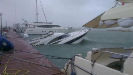 На Одесском морском вокзале из-за шторма затонула частная яхта