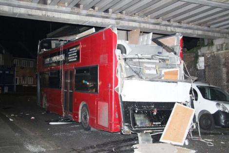 В Лондоне двухэтажный автобус врезался в мост, 26 пострадавших