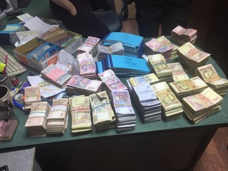 Почти 7 млн грн нашли в потолках офисов с/х предприятий, уклонявшихся от уплаты налогов