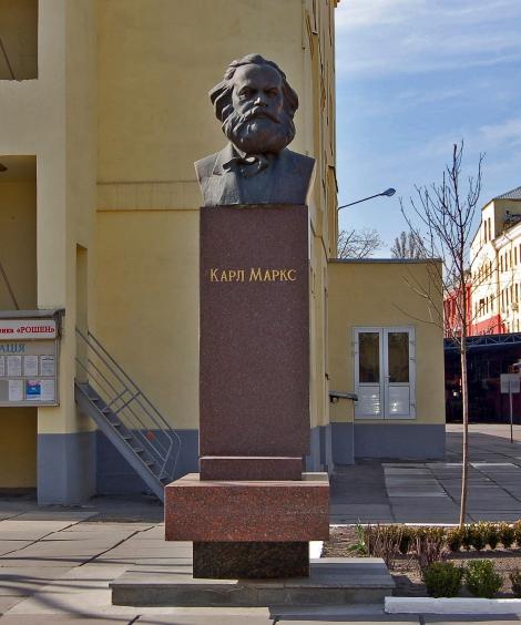 От киевской фабрики Roshen требуют демонтировать памятник Карлу Марксу