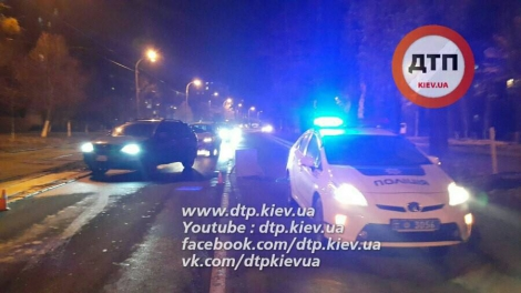 На Лепсе в Киеве погоня со стрельбой: нарушитель сбил патрульного и разбил 4 авто