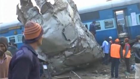 В результате железнодорожной катастрофы в Индии погибли более 100 человек