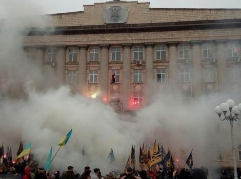 Активисты с фаерами штурмовали Черкасскую ОГА: требовали завершить АТО и казнить коррупционеров